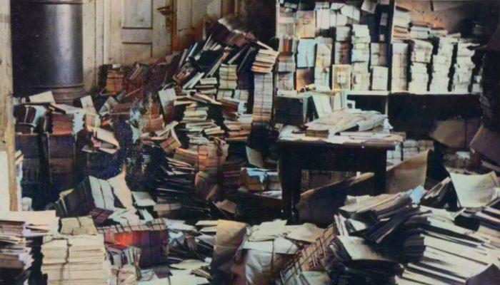 Marijos-Šlapelienės-knygyno-sandėliai-po-kratos-1938-metais.-Fotografas-nežinomas.-Marijos-ir-Jurgio-Šlapelių-namo-muziejaus-archyvas-copy-1